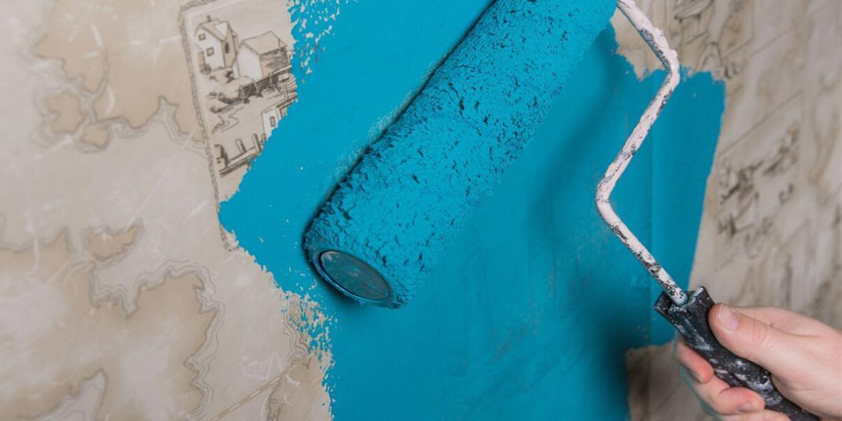 بازسازی دیوار با رنگ زدن روی کاغذ دیواری